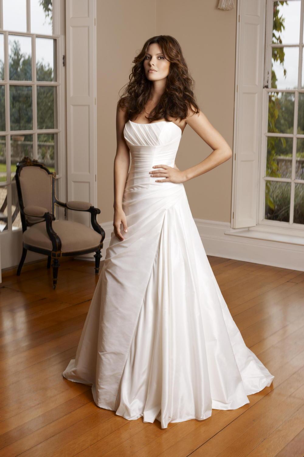 Фото брюнетки в свадебном платье 3